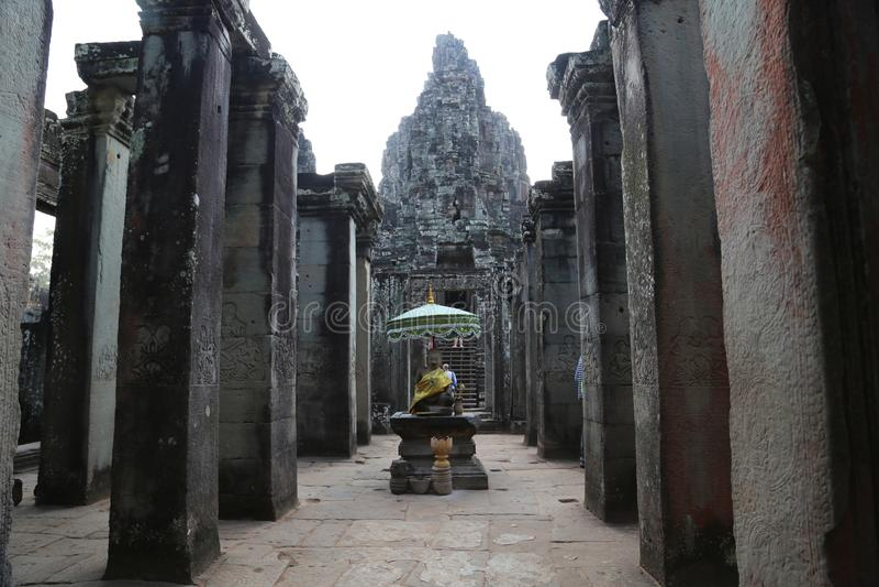 Folk på Bayon - en khmertempelkomplex på Angkor Thom, Siem Reap, Cambodja royaltyfria foton