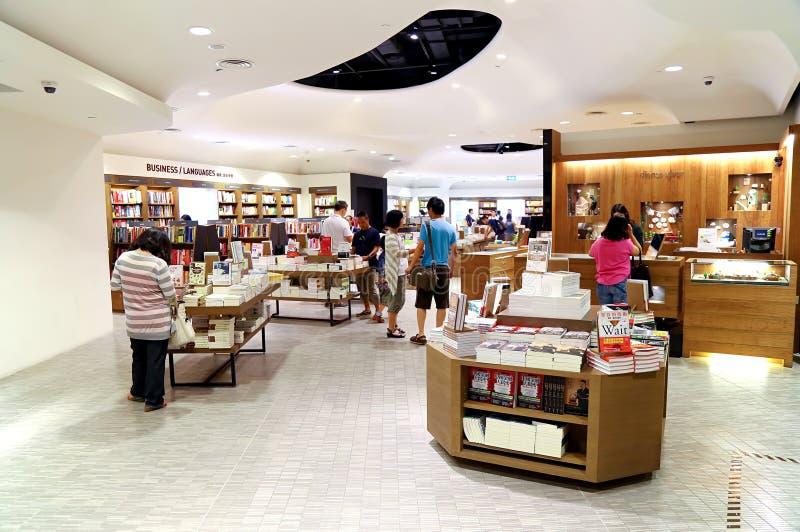 Folk på bokhandeln arkivbild