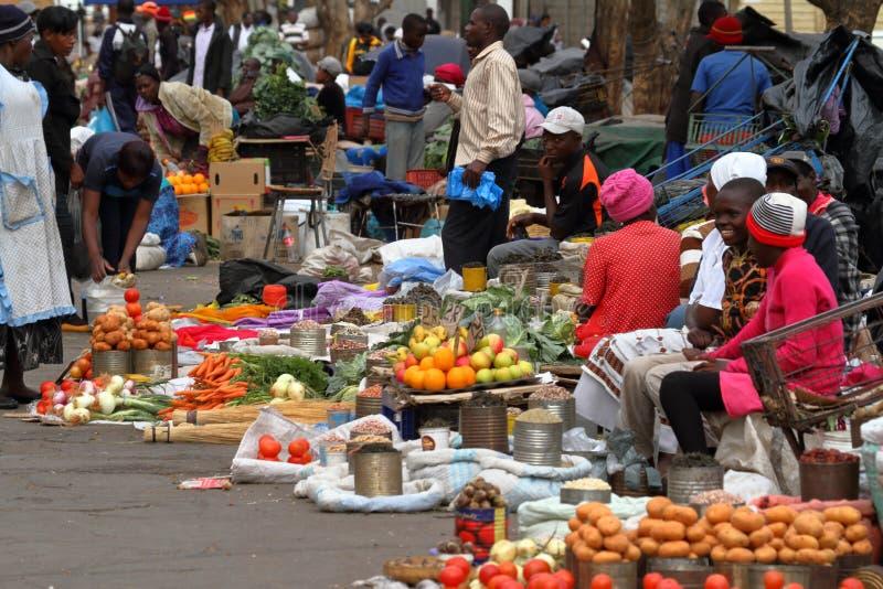 Folk på den afrikanska marknaden av Bulawayo i Zimbabwe arkivfoto