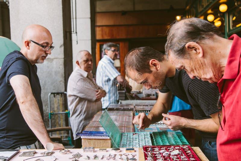 Folk på den Collectible marknaden av stämplar och Coi royaltyfri foto