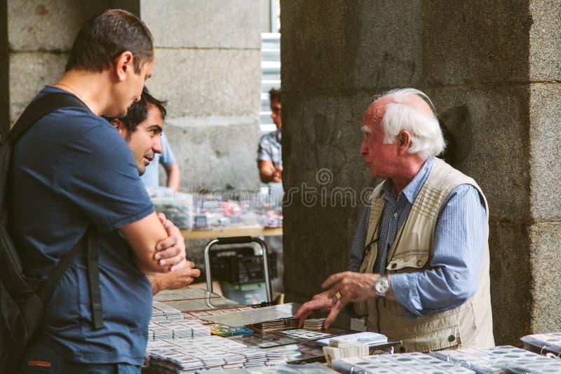 Folk på den Collectible marknaden av stämplar och Coi fotografering för bildbyråer