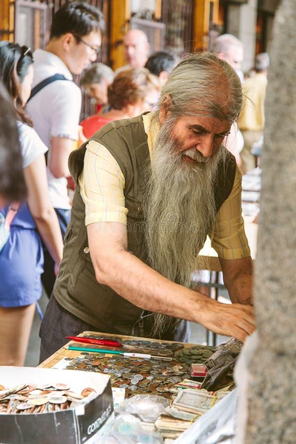 Folk på den Collectible marknaden av stämplar och mynt i Plazamor royaltyfri foto
