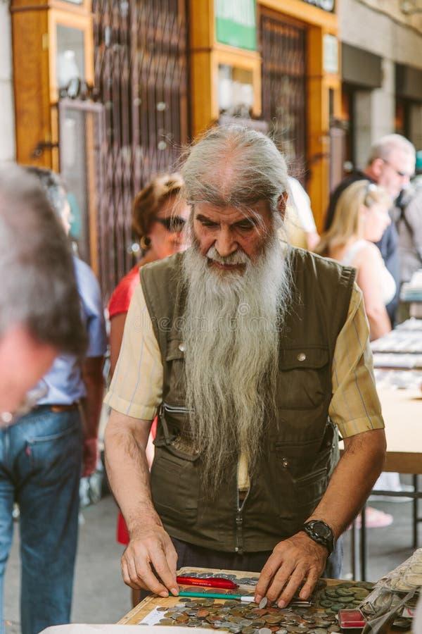 Folk på den Collectible marknaden av stämplar och mynt i Plazamor arkivbilder