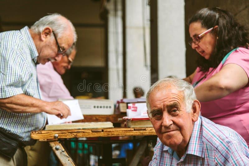 Folk på den Collectible marknaden av stämplar och mynt i Plazamor royaltyfria foton