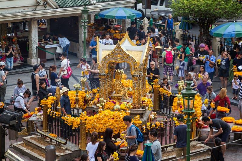 Folk på den Erawan relikskrin i Bangkok royaltyfria bilder