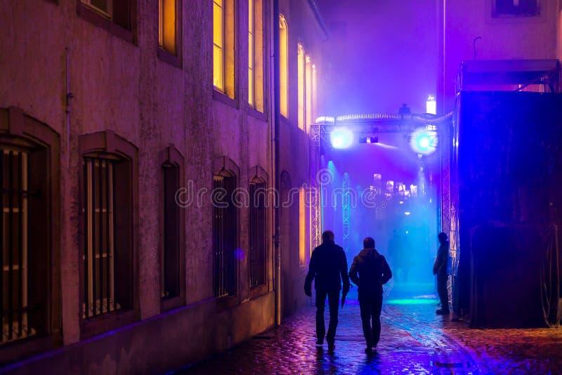 Folk på den färgrika upplysta gatan royaltyfria foton