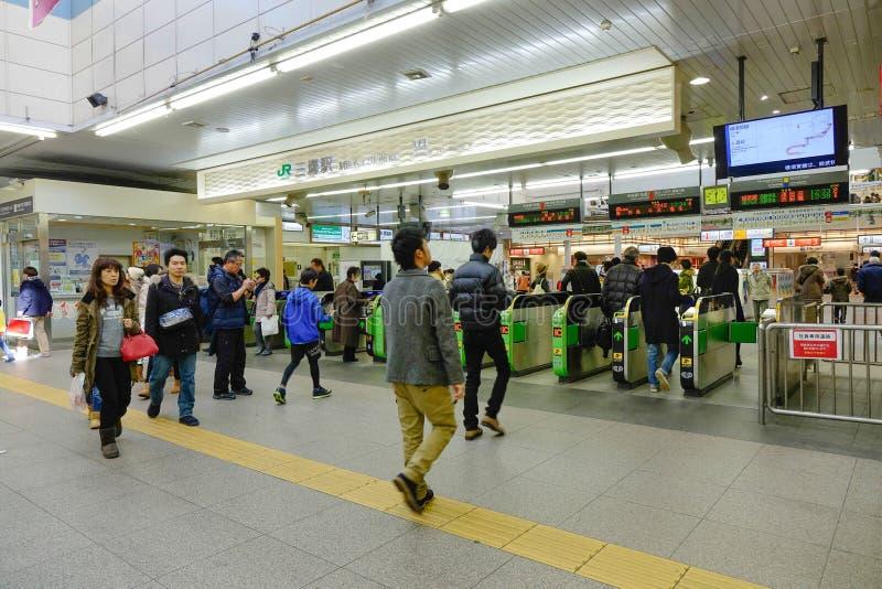 Folk på den Hinode gångtunnelstationen i Tokyo arkivbild