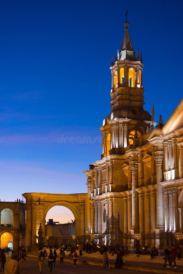 Folk på den huvudsakliga fyrkanten och domkyrkan på skymning, Arequipa, Peru arkivfoton