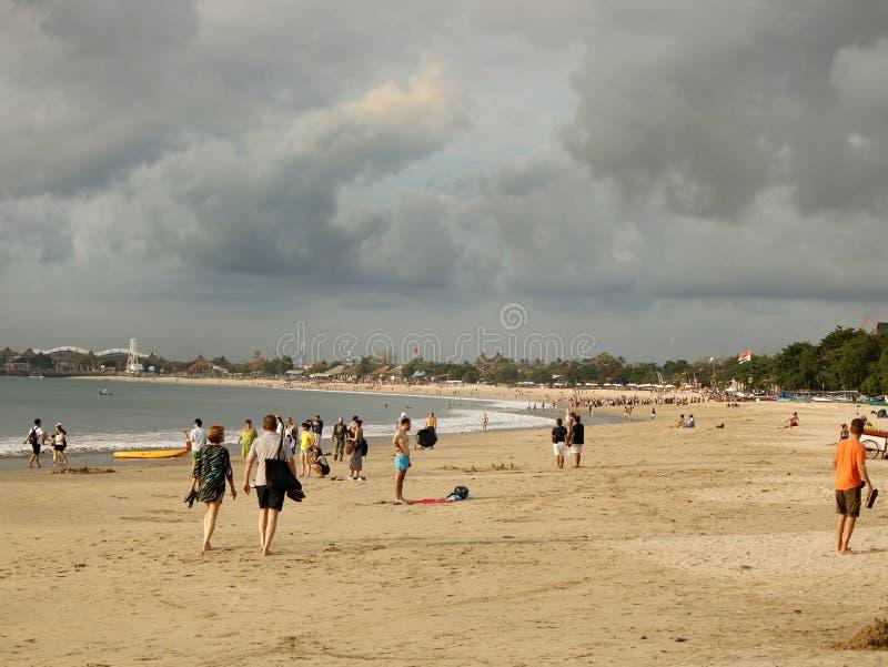 Folk på den Jimbaran stranden arkivfoton