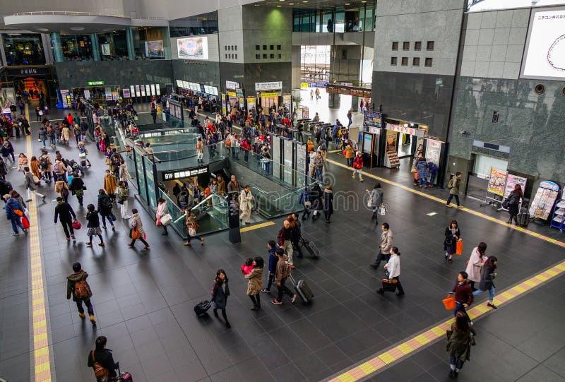 Folk på den Kyoto stationen arkivbild