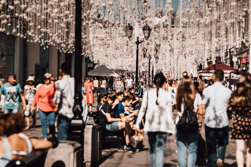 Folk på den Nikolskaya gatan i mitten av Moskva Turister i centret Festlig Moskva Turister som går på St Nicholas fotografering för bildbyråer