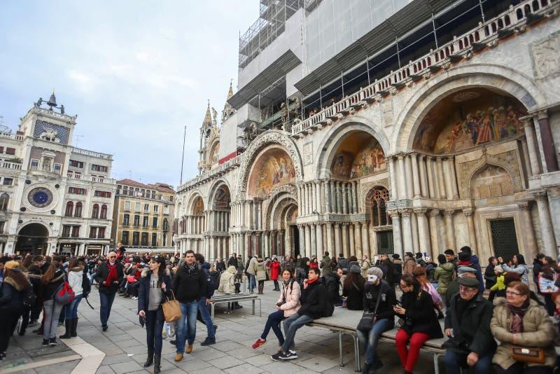 Folk på den San Marco fyrkanten royaltyfria bilder