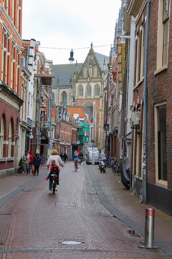 Folk på den smala Smedestraat gatan i Haarlem fotografering för bildbyråer