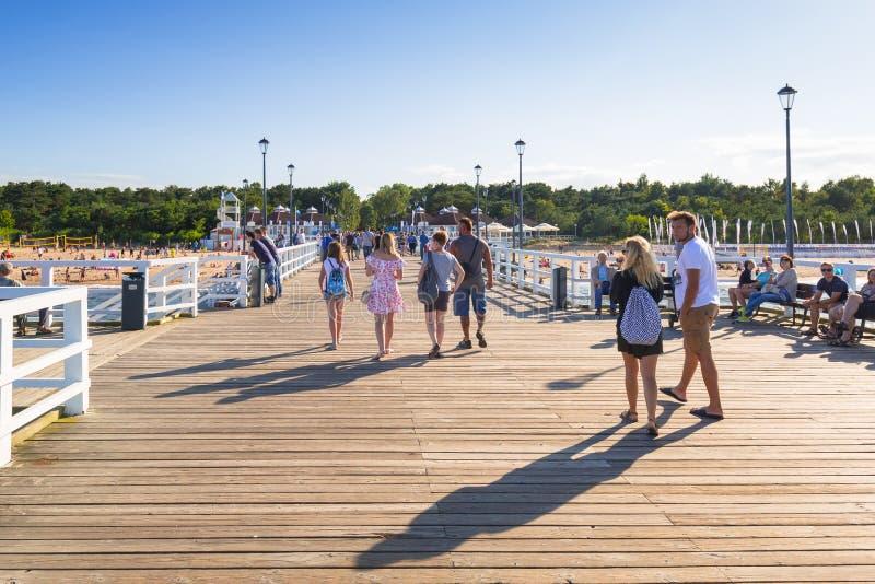 Folk på den soliga stranden av Östersjön i Gdansk Brzezno royaltyfri bild