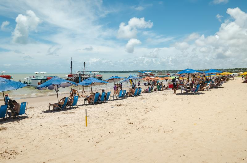 Folk på den Tambau stranden, Joao Pessoa Brazil royaltyfri bild