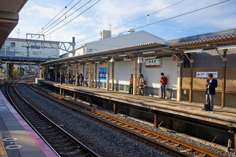 folk på den Tofukuji JRstationen, Kyoto royaltyfria foton