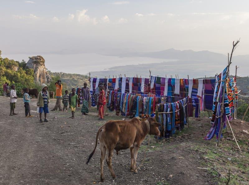 Folk på den traditionella Dorze marknaden Hayzo by Dorze Ethiop arkivfoto