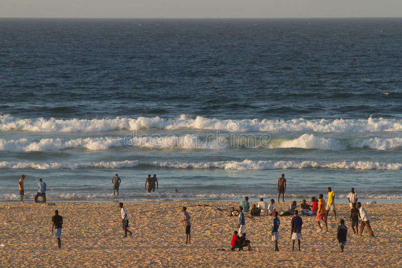 Folk på den Yoff stranden, Dakar fotografering för bildbyråer