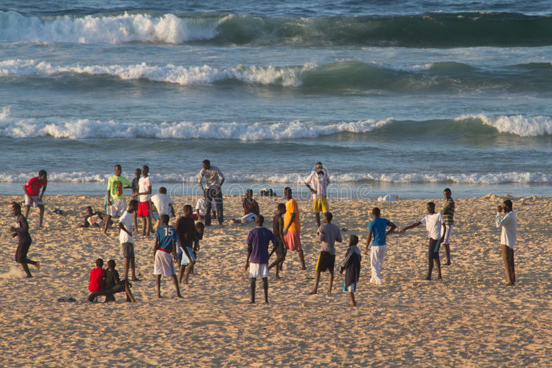 Folk på den Yoff stranden, Dakar arkivbilder