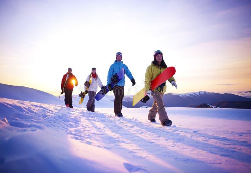 Folk på deras väg att snöa logi arkivbild