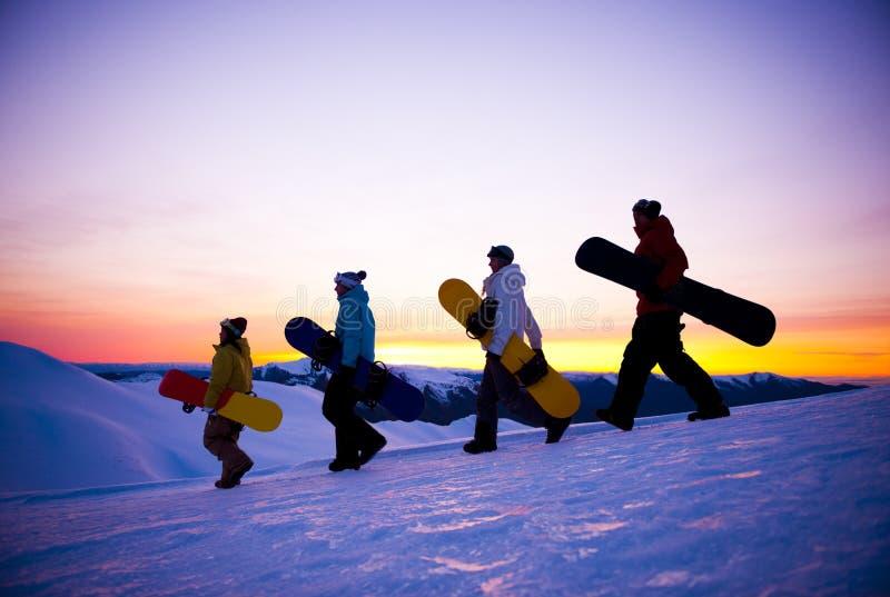 Folk på deras väg att snöa logi arkivfoton