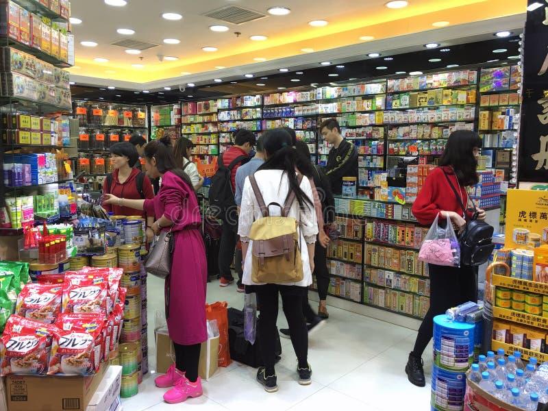 Folk på det kinesiska apoteket i Hong Kong royaltyfri fotografi