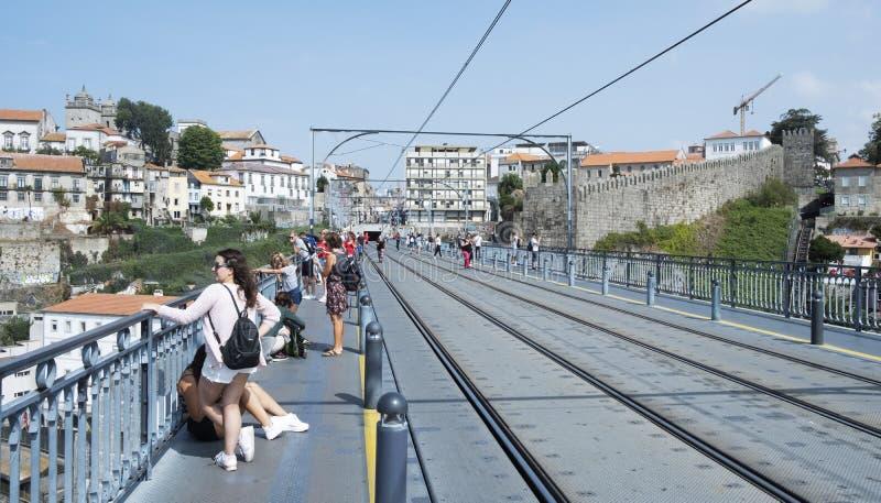 Folk på Dom Luis som jag överbryggar i Porto, Portugal royaltyfri foto