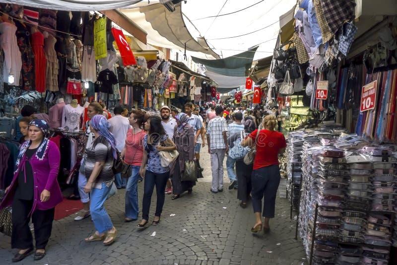 Folk på en basar i Turkiet arkivfoto