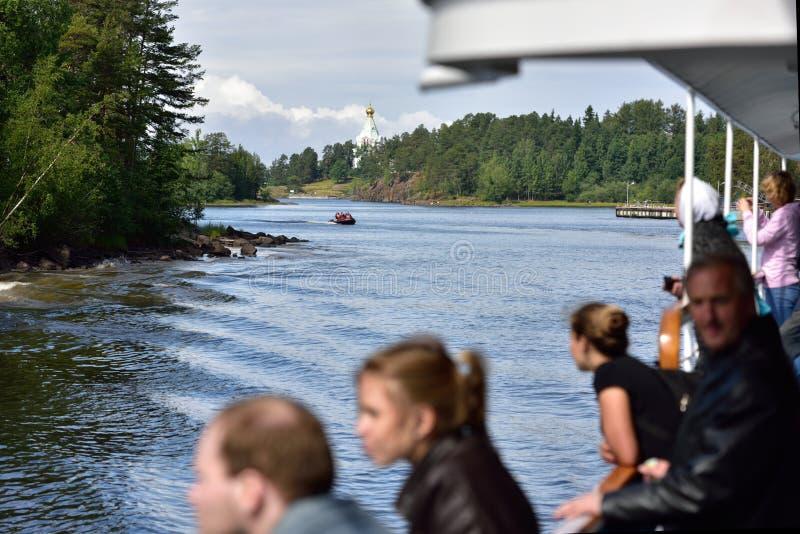 Folk på en färja på den Valaam ön, Ryssland royaltyfria bilder