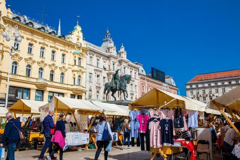Folk p? en gatamarknad p? Zagreb den huvudsakliga fyrkanten i en h?rlig tidig v?rdag arkivfoto