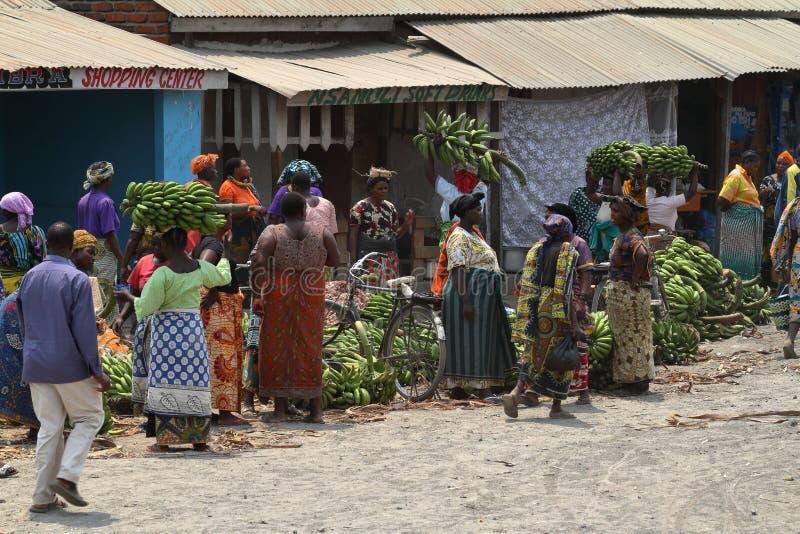 Folk på en marknad och en detaljhandel i Tanzania royaltyfri fotografi
