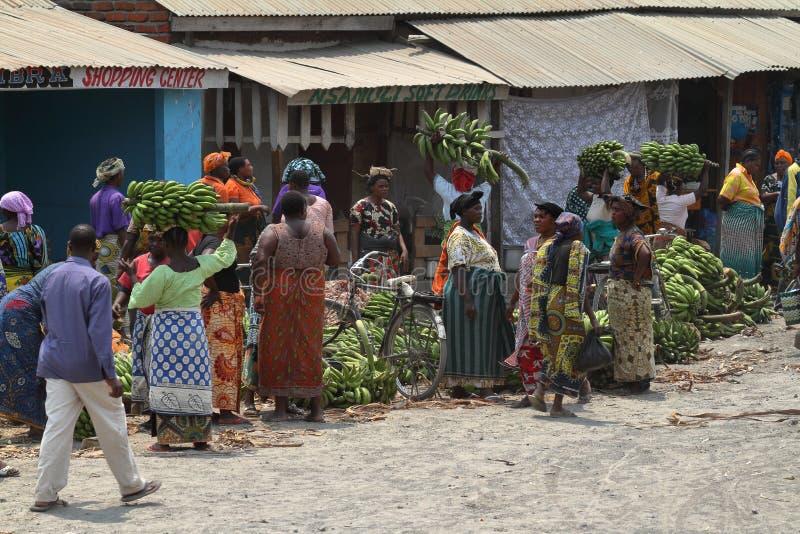 Folk på en marknad och en detaljhandel i Tanzania royaltyfria foton
