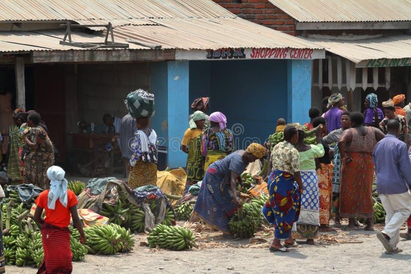 Folk på en marknad och en detaljhandel i Tanzania arkivfoto