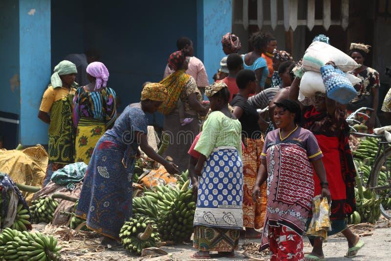 Folk på en marknad och en detaljhandel i Tanzania arkivfoton