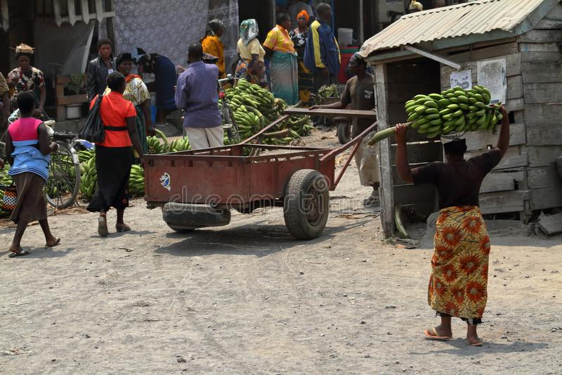 Folk på en marknad och en detaljhandel i Tanzania fotografering för bildbyråer