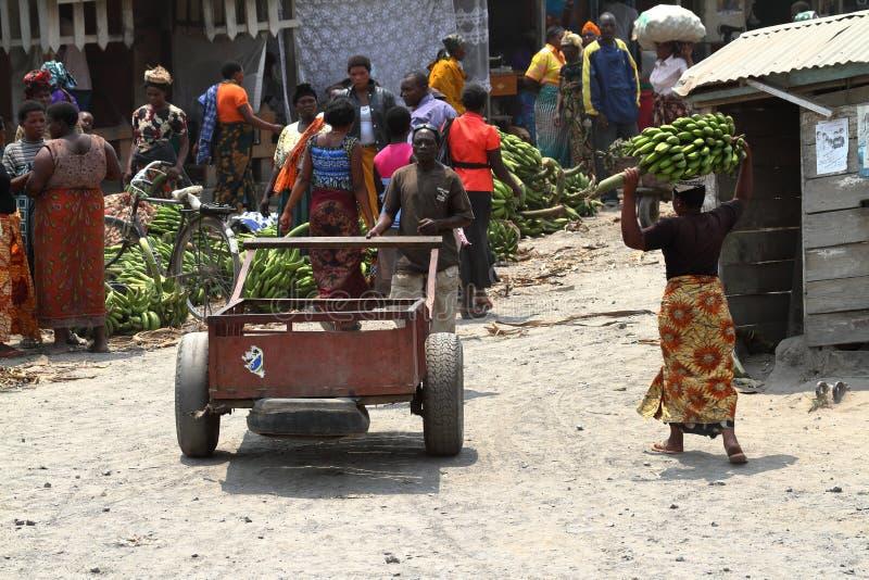 Folk på en marknad och en detaljhandel i Tanzania arkivbild