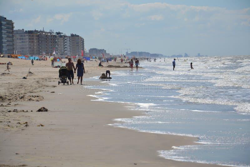 Folk på en strand i Oostende, Belgien arkivbilder