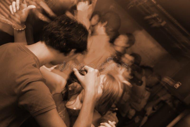 Folk på ett löst parti i en klubba arkivfoton
