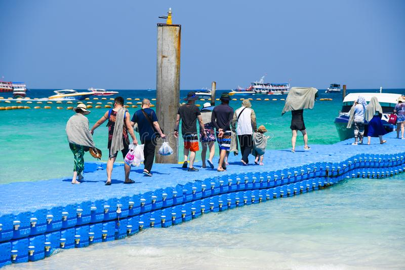 Folk på färgrika fartyg och tält för ösommartidhastighet fotografering för bildbyråer
