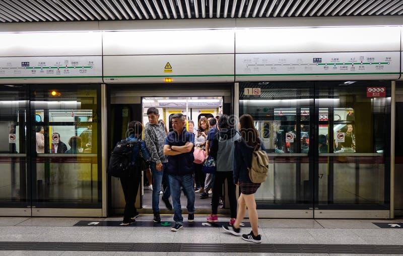 Folk på gångtunnelstationen i Hong Kong arkivbilder