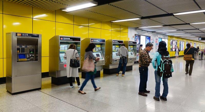 Folk på gångtunnelstationen i Hong Kong fotografering för bildbyråer