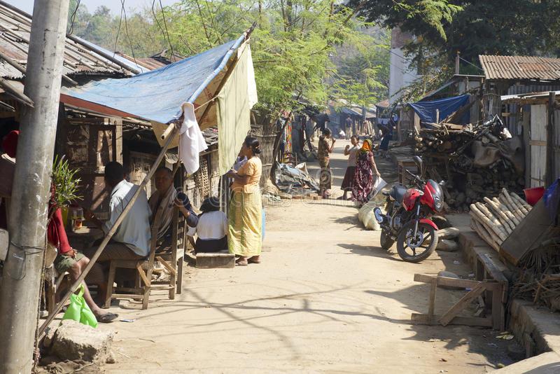 Folk på gatan i Bandarban, Bangladesh arkivbild