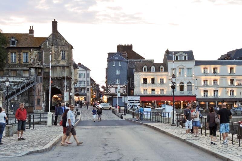 Folk på gatan i port av den Honfleur staden, Frankrike arkivfoto