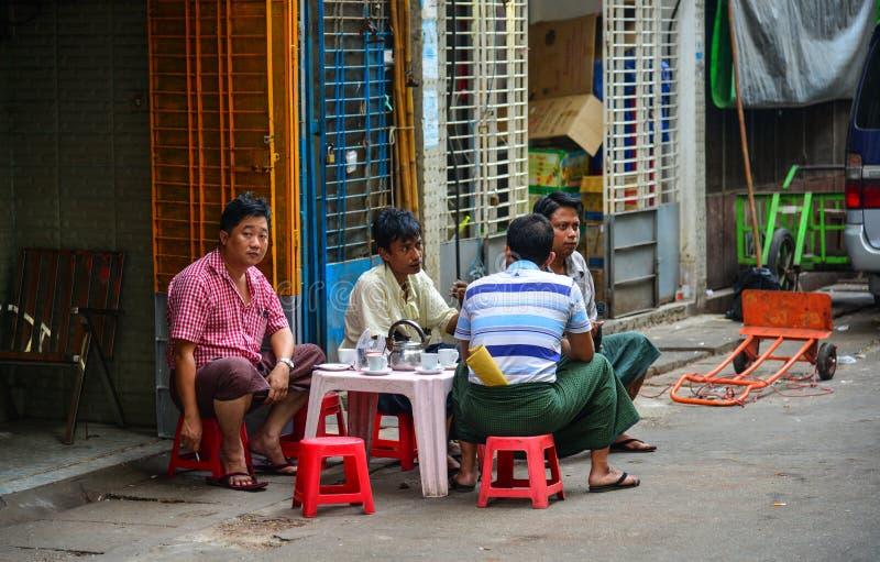 Folk på gatan i Yangon, Myanmar royaltyfri foto