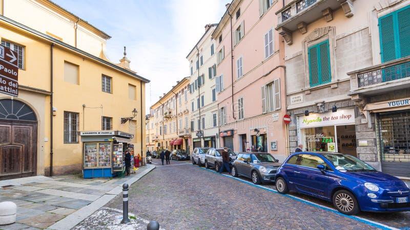Folk på gatan Strada Cavour i Parma fotografering för bildbyråer