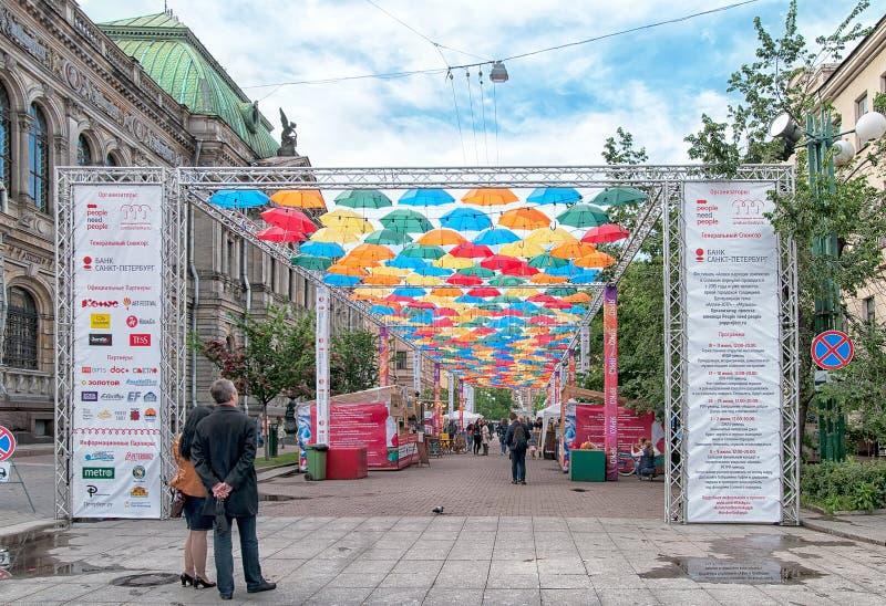 Folk på gränden av att skjuta i höjden paraplyer i St Petersburg Ryssland arkivbilder