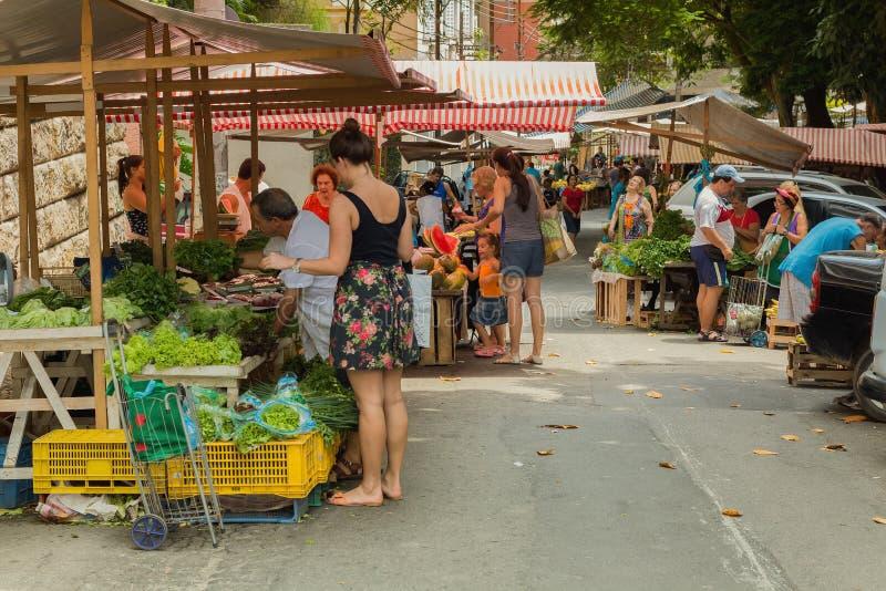 Folk på grönsak- och fruktgatamarknaden fotografering för bildbyråer