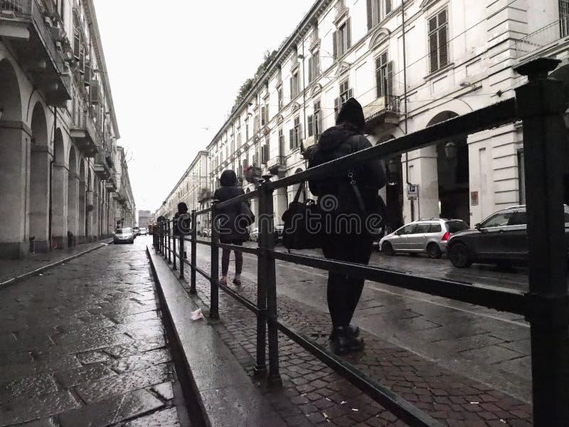 Folk på hållplatsen in via Po i Turin, Italien royaltyfri fotografi