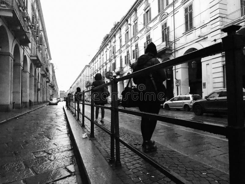 Folk på hållplatsen in via Po i Turin, Italien i svartvitt arkivbilder