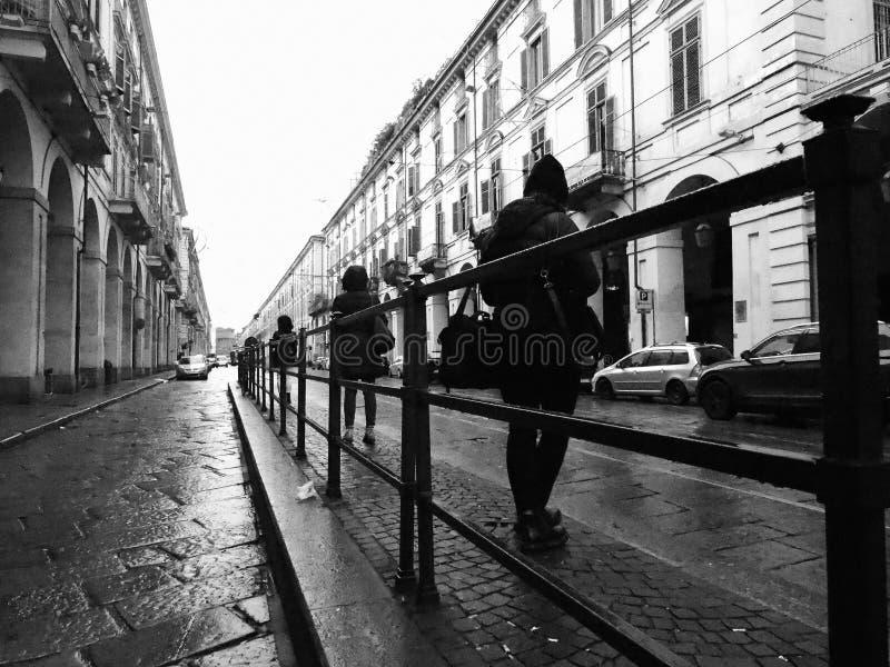 Folk på hållplatsen in via Po i Turin, Italien i svartvitt royaltyfri bild